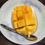 沖縄から送られてきたマンゴーを食べる