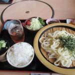 晴れた日には桜島や開聞岳も見ることができる「神話の里公園、展望レストランほっと霧島館」で食事を楽しむ