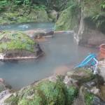 目の前を渓流が、霧島市牧園町宿窪田「せせらぎ荘の貸切露天風呂」